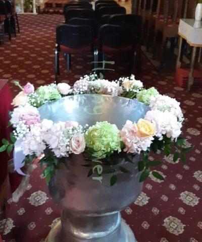 Aranjament-pentru-cristelnita-hortensii-roz-hortensii-verzi-trandafiri-pastel