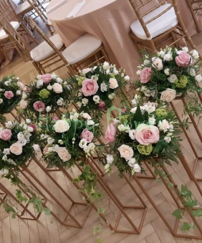 Aranjament-floral-masa-nunta-suport-paralelipiped-trandafiri-pastel-lisiantus-alb-viburnum