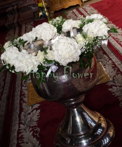 Aranjament-ghirlanda-cristelnita-botez-flori-albe-hortensii-albe-trandafiri-albi-floarea-miresei-verdeata