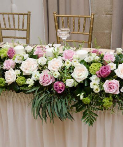Aranjament-prezidiu-nunta-trandafiri-pastel-lisiantus-alb-viburnum