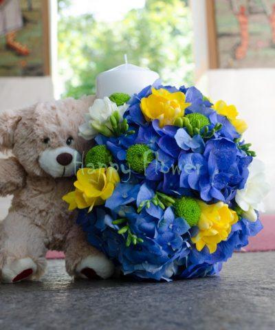 Lumanare-botez-hortensii-albastre-frezii-galbene-santini-verde-ursulet