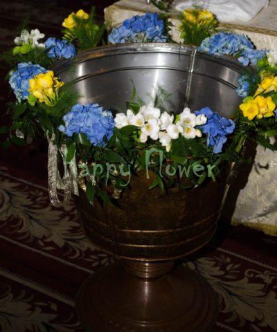 Aranjament-cristelnita-hortensii-albastre-frezii-albe-frezii-galbene
