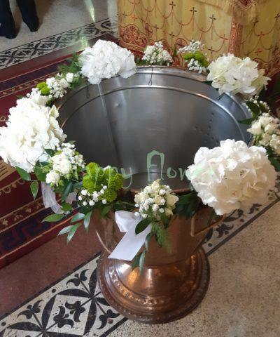 Ghirlanda-cristelnita-botez-hortensii-albe-miniroze-albe-santini-verde-floarea-miresei