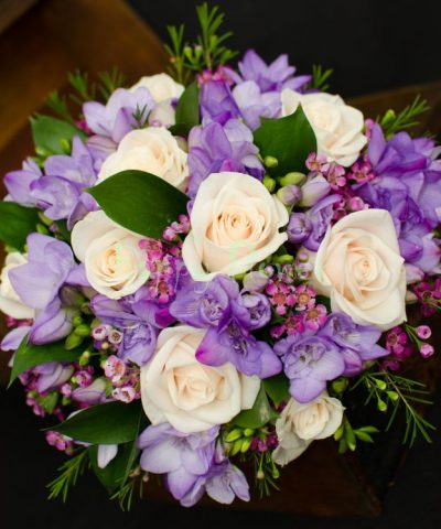 Buchet-mireasa-trandafiri-crem-frezii-mov