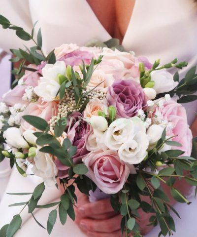 Buchet-mireasa-trandafiri-pastel-frezii-albe-eucalipt