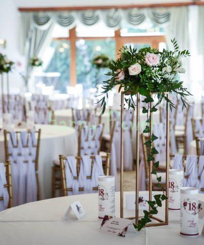 Aranjament-nunta-suport-paralelipiped-auriu-hortensii-trandafiri-floarea-miresei