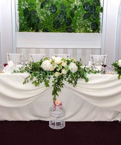aranjament-floral-prezidiu-flori-albe-crem