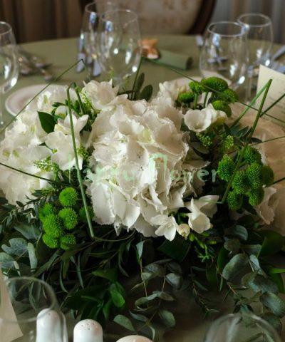 aranjament-masa-hortensii-albe-santini-verde-frezii-albe
