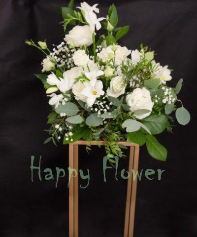 aranjament-masa-nunta-flori-albe-suport-paralelipiped-auriu