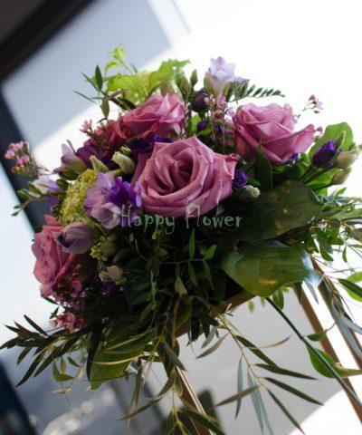 Suport paralelipiped auriu nunta, trandafiri mov, lisiantus mov, frezii mov, viburnum, eucalipt, verdeata